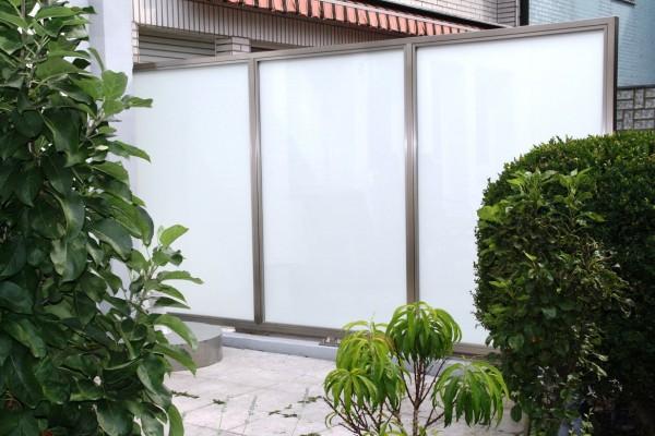 sichtschutz aus edelstahl oder milchglas windschutz. Black Bedroom Furniture Sets. Home Design Ideas