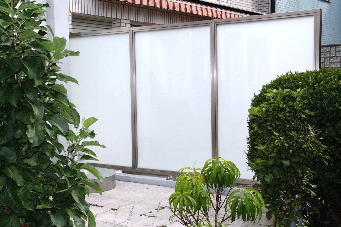 Sichtschutz aus edelstahl oder milchglas windschutz for Terrassen sichtschutz glas